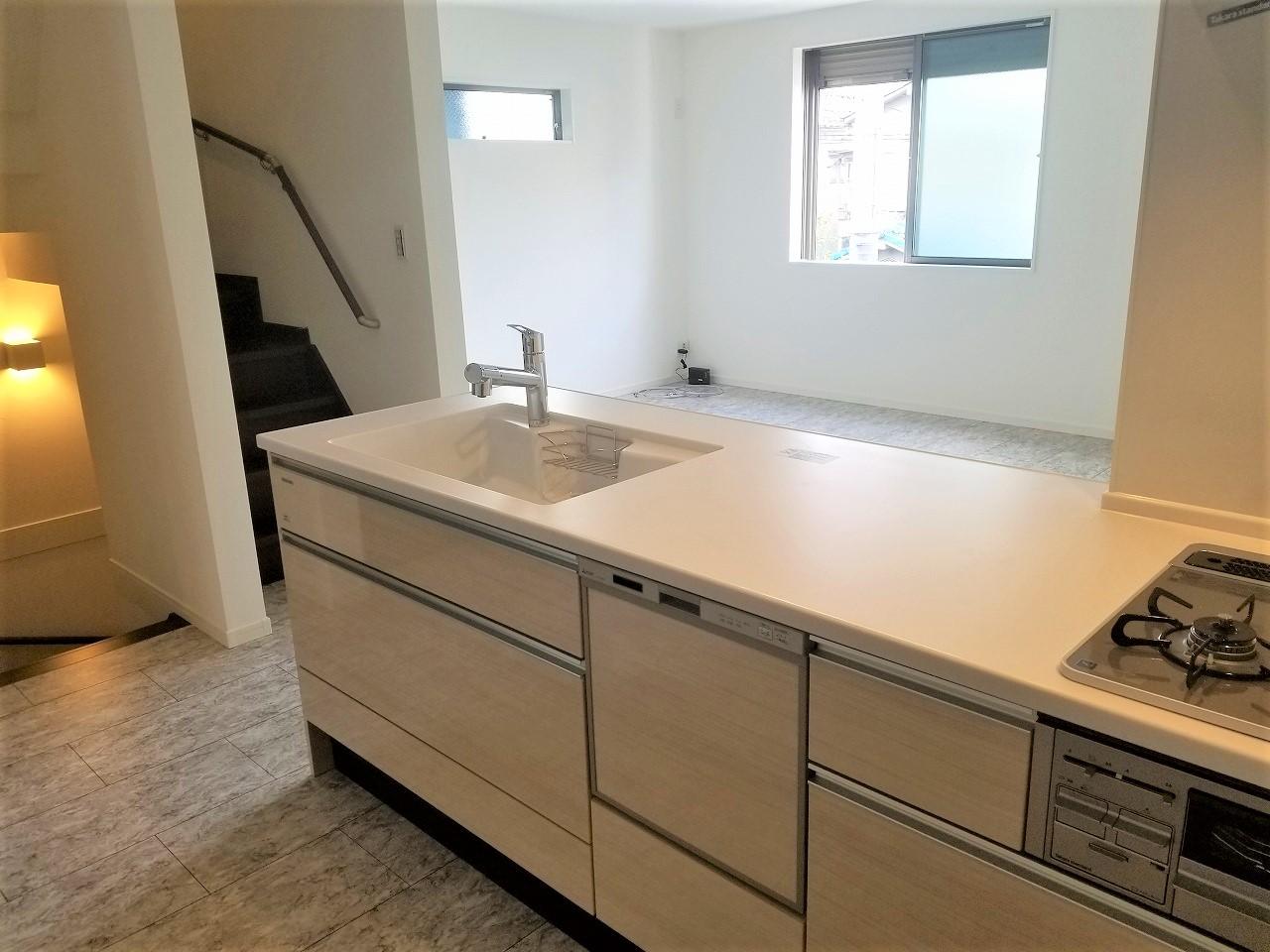 家族の様子が見渡せる対面式システムキッチン。食器洗浄機付きで家事が捗りますね(ル・メイユール他物件施工例)