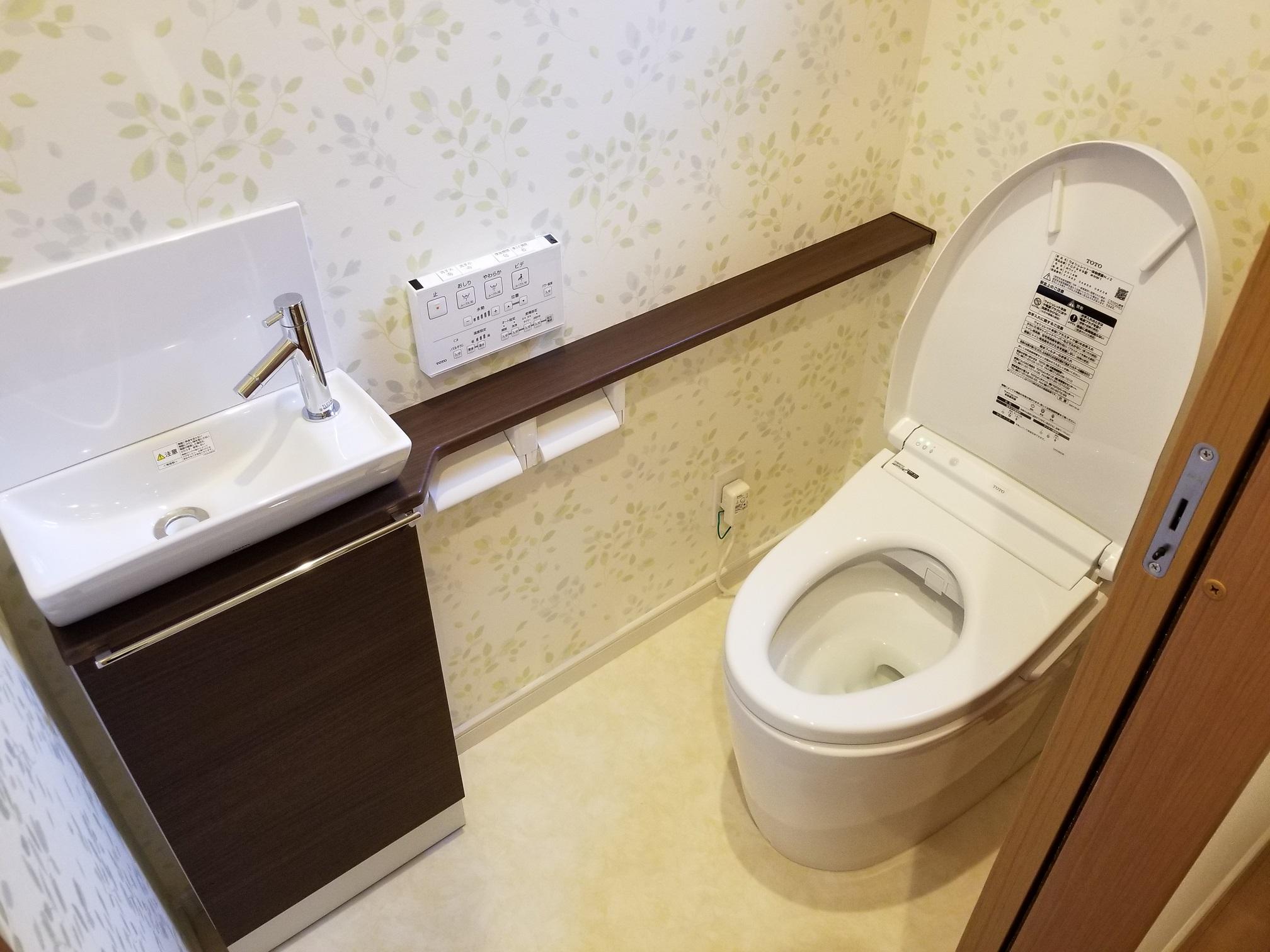壁紙でアレンジし手洗いを設置したトイレ(ル・メイユール他物件施工例)