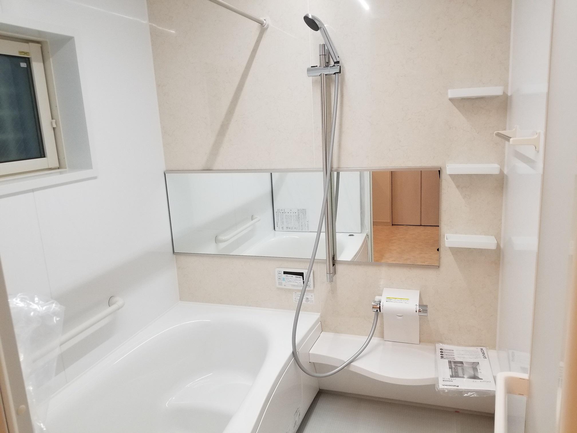 浴室乾燥・追い炊き機能付きバス。ゆったり足を伸ばしてリラックスタイムを満喫できますね。壁紙もお好みでお選びいただけます(ル・メイユール他物件施工例)