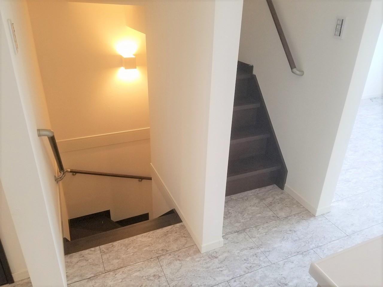 シックな照明を付けた階段は手すりを設置して安全に使えるようにしています(ル・メイユール他物件施工例)
