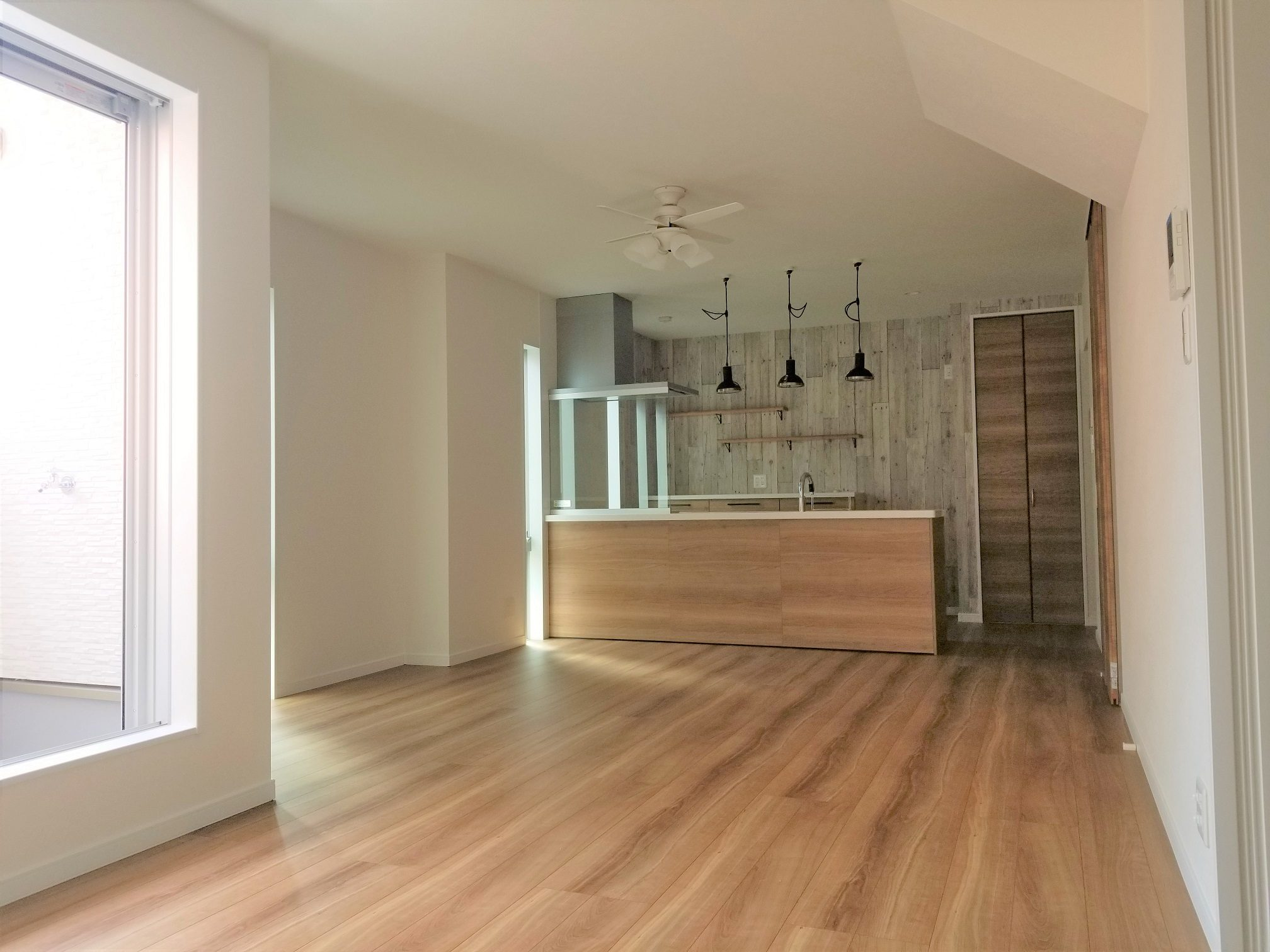 ゆったり広々リビングは大きめのソファやテレビを置いて家族のくつろぎ空間に(ル・メイユール他物件施工例)